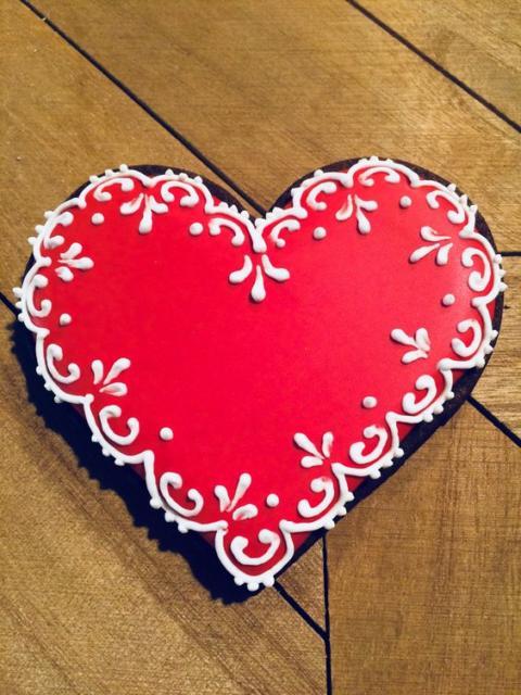 Bolo de coração: Vermelho com arabesco branco