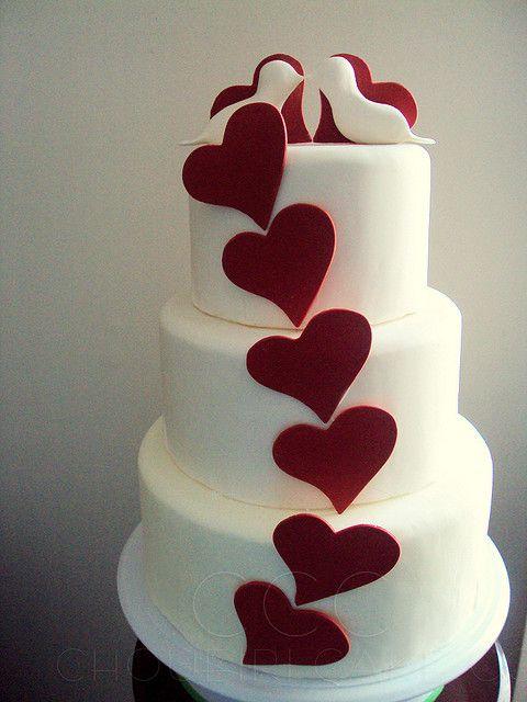 Bolo de coração para casamento: Com pombinhas no topo