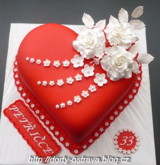 Bolo de coração de pasta americana: Com flores brancas