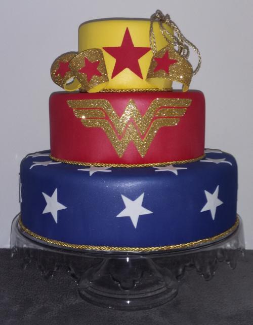 O bolo fake Mulher Maravilha dá um up na decoração da sua festa