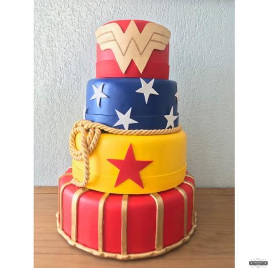 Coloque o bolo cenográfico em uma posição de destaque na festa