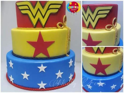 Detalhes do bolo falso da Mulher Maravilha