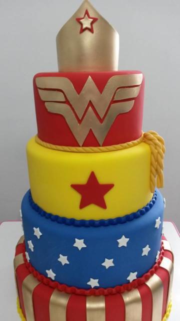 Reproduza o símbolo da mulher maravilha no bolo falso