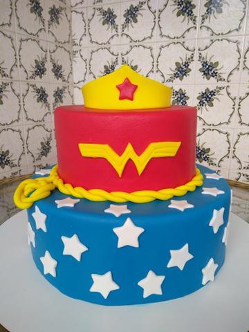 Capriche na decoração do bolo fake da Mulher Maravilha