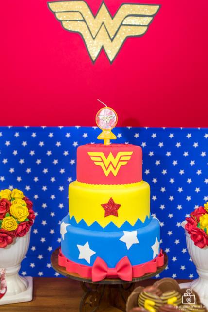 Panorama da decoração da Mulher Maravilha com bolo fake em destaque