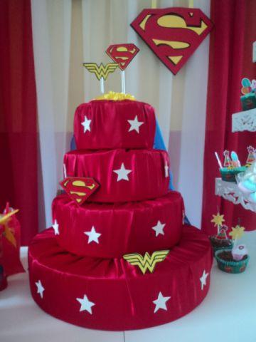 Você também pode usar tecido para fazer o bolo fake mulher maravilha