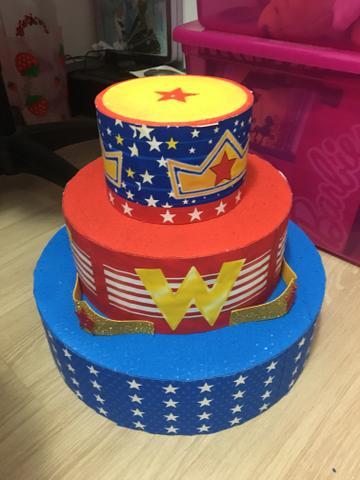 Capriche nas referências à heroína para decorar o bolo mulher maravilha
