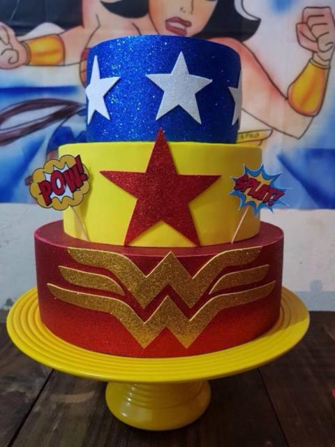 O bolo falso da Mulher Maravilha contém as cores amarela, vermelha, azul e branca