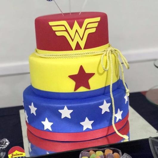 símbolo da heroína e as estrelas no bolo fake mulher maravilha