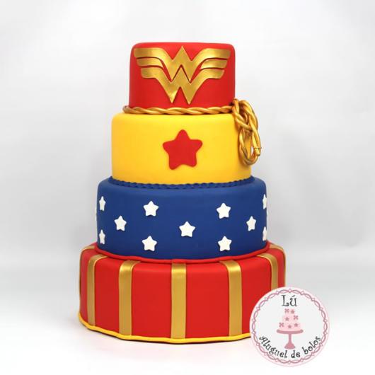 Ideia de bolo de biscuit da Mulher Maravilha