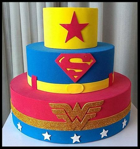 Aposte também em ícones da Liga da Justiça para o bolo falso