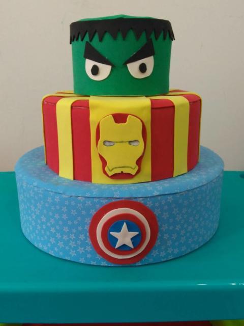 O bolo falso dos Vingadores é bem colorido