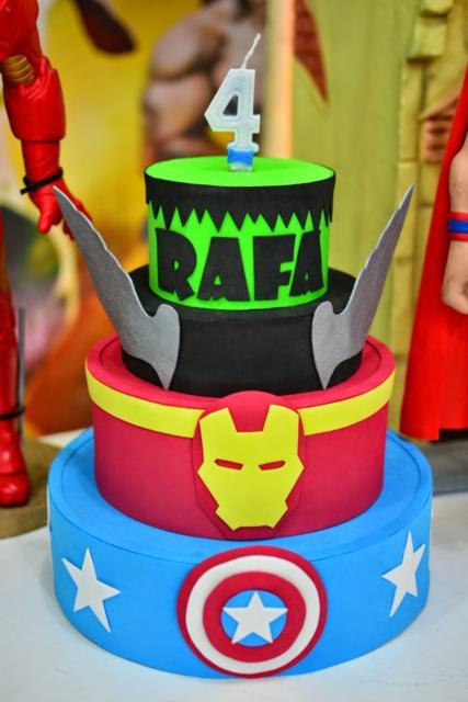Personalize o bolo falso dos Vingadores com nome do aniversariante