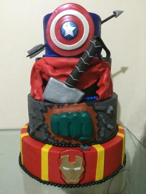 Veja que bolo incrível para complementar a decoração de Vingadores