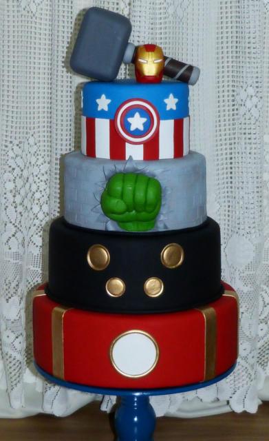 A decoração temática fica mais linda com bolo fake