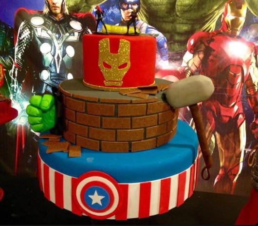 Sugestão de bolo fake Vingadores para festa