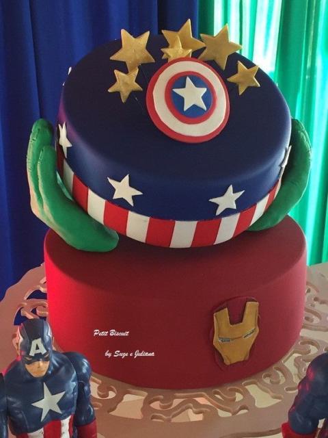 Outra inspiração criativa de bolo fake Vingadores