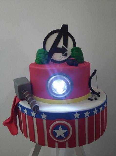 Veja que sensacional esse bolo fake Avengers com luz