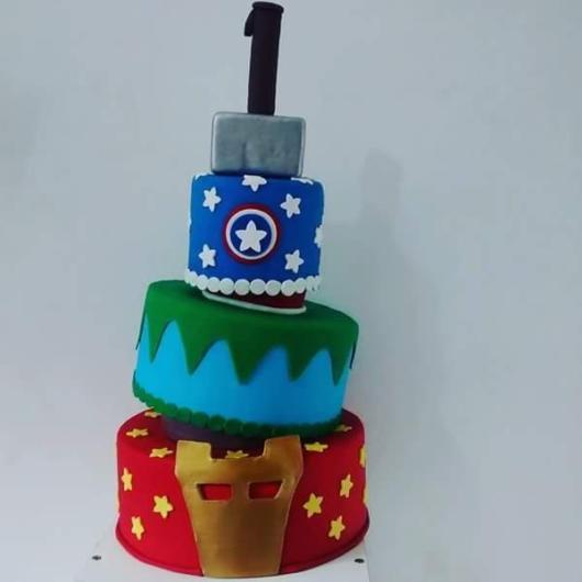 Inspiração de bolo fake Vingadores com quatro andares