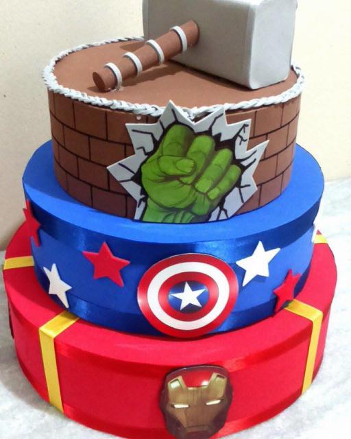 Cada andar do bolo fake Vingadores pode se referir a um personagem