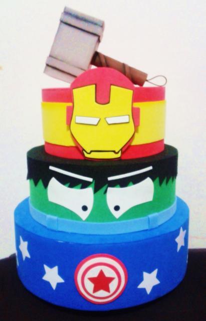Bolo fake Capitão América, Hulk e Homem de Ferro