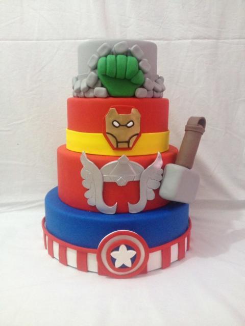 Dica de bolo falso Vingadores com quatro andares