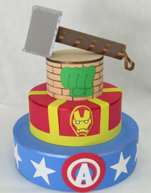 Bolo cenográfico dos Vingadores com martelo do Thor