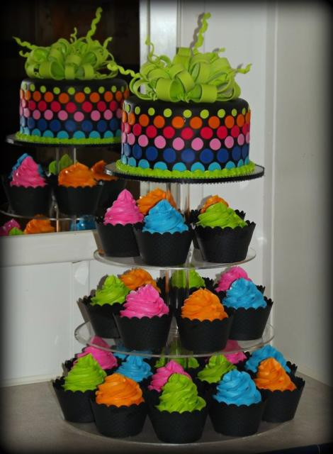 Bolo neon: Com pasta americana com torre de cupcake