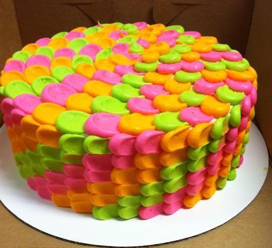 Bolo neon: Com chantilly laranja, verde e rosa