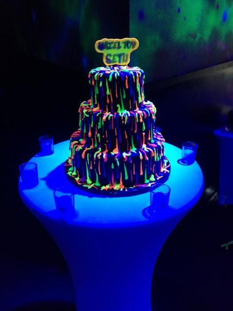 Bolo neon: Com pasta americana com topo de bolo