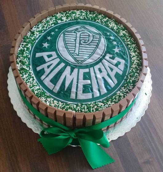 Lindo bolo redondo de kit kat com papel de arroz, uma bela opção para festas surpresa
