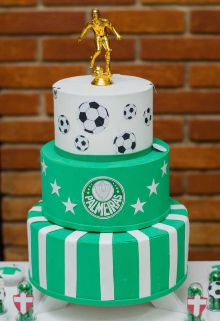 O bolo de três andares com topo ficará lindo na mesa principal da festa