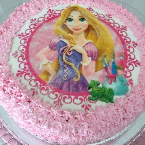Bolo da princesa Rapunzel com papel de arroz e chantilly rosa