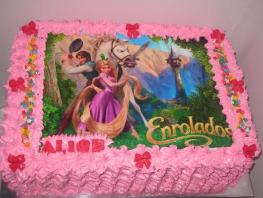 Bolo quadrado com chantilly rosa da Rapunzel