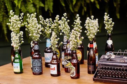 Chá bar: Decoração rústica com garrafas de cerveja com flores