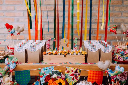 Chá bar junino: Decoração com fitas coloridas