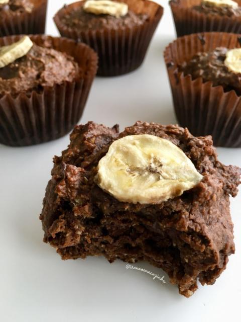 Misture chocolate e banana em receita de cupcake funcional
