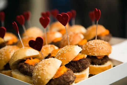Como organizar uma festa de 15 anos: Cardápio com mini hambúrguer
