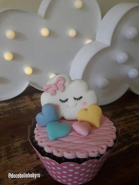 Cupcake Chuva de Amor: Decorado com pasta americana rosa