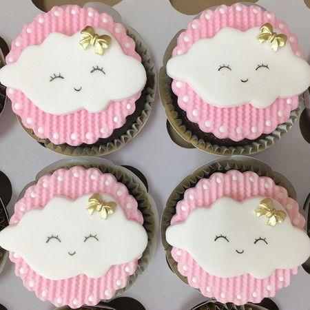 Cupcake Chuva de Amor: Decorado com pasta americana e aplique de nuvem