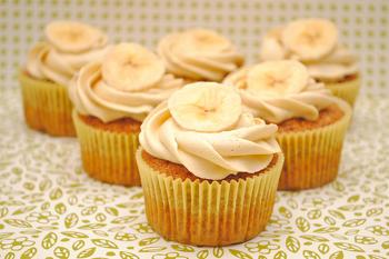 Cupcake simples de banana com cobertura de chantilly