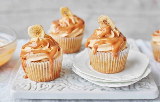 Cupcake lindo de banana com cobertura de doce de leite