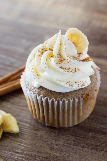 Polvilhe paçoca por cima do cupcake com sabor de banana
