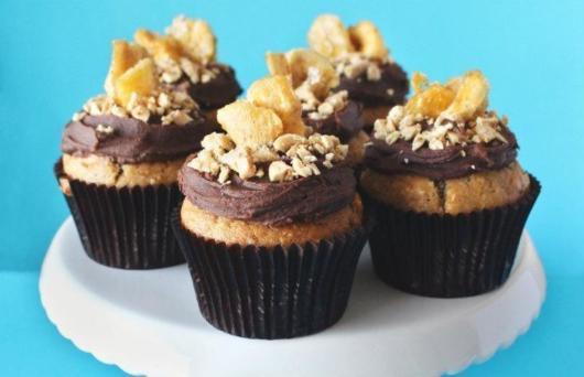 Modelo de cupcake com cobertura de chocolate para festas