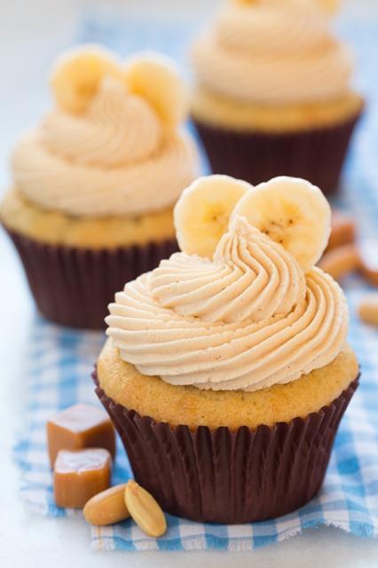 Cupcake com sabor de banana e cobertura de chantilly