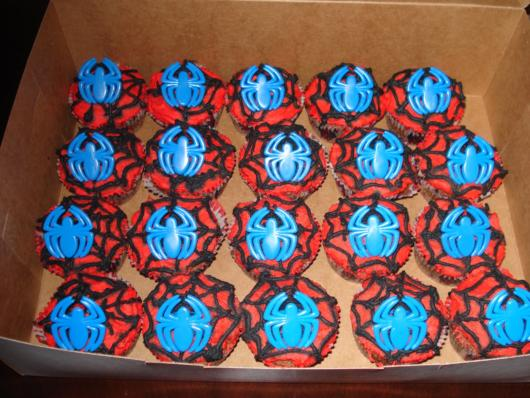 Detalhe da aranha no meio do cupcake