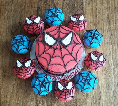 Você pode fabricar os cupcakes no mesmo molde e conceito que o bolo