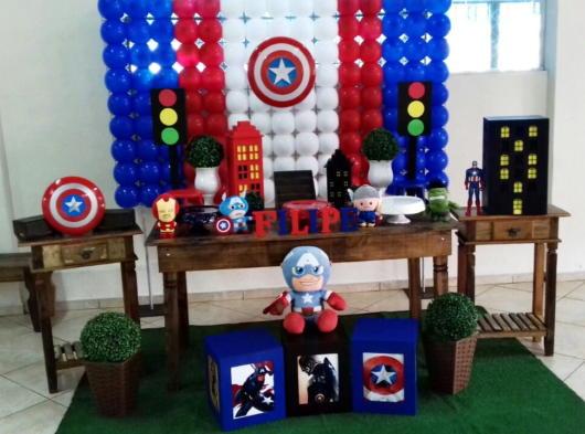 Todos os acessórios necessários para a decoração de uma festa Capitão América baby