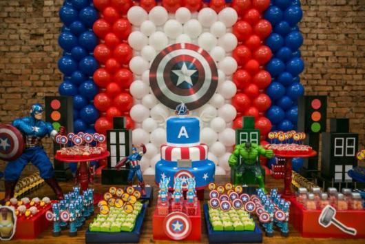 Fundo de balões coloridos com o escudo do herói em destaque