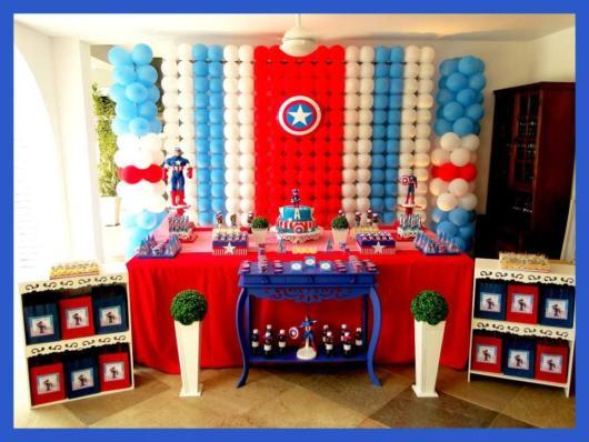 O complemento das três cores do Capitão América é perfeita para incrementar o cenário da festa